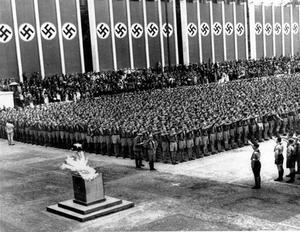 Den olympiska elden  tänds i Berlin 1936.