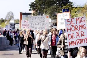 regeringskritik. Det var ett ovanligt folkrikt 1 maj-tåg som socialdemokraterna i Sandviken fick ihop i år. Omkring 300 personer tågade till Folkets hus för att bland annat lyssna på Jens Nilsson som kandiderar till  EU-parlamentet.