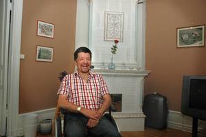 NÖJD. Thomas Frank har flyttat in i en av de stora lägenheterna på bottenvåningen. Här har han takmålningar, kakelugnar och tilltagen takhöjd. Han konstaterar att han stortrivs i sitt nya boende.