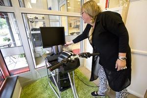 Köra utan att köra. Leena Sivén på Körkortsexpress visar den mc/moped-simulator som finns i lokalerna.