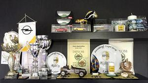 Hylla med priser och utmärkelser som Ove fått för sina Opel-byggen.