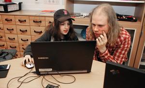 """Finn Jääskelainen, 10 år, gör ett eget dataprogram och får hjälp att koda av Fredrik Löfgren. """"Hemma brukar jag googla eller fråga pappa"""", säger Finn."""