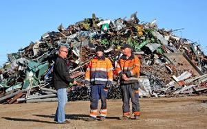 Jan-Olof Hill, Emil Eriksson och Johnny Kramer framför den väldiga högen av järnskrot. Foto: Johnny Fredborg