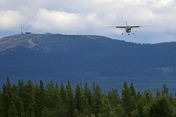 Cessnaplanet är på väg ned för landning, även det med en ung pilot