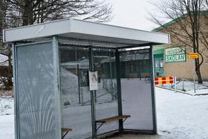 Här intill busshålplatsen vid Hovstaskolan ska mannen först ha lockat på pojkarna.