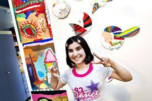 Lubab kom till Gävle från Irak för ett år sedan. Sedan dess har hon lärt sig svenska och skapat konst tillsammans med andra nyanlända barn. Nu ställer de ut sina verk på Länsmuseet Gävleborg.