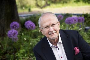 Siewert Öholm, frilansjournalist, kolumnist och debattör fotograferad inför sin 75-årsdag.