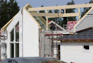 I Sånghusvallens första etapp har 40 av 43 tomter sålts. Och nu växer husen upp på  löpande band.