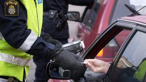 Trafikpolisen i city gör nykterhetskontroll bland trafikanterna vid Norra Stationsgatan. Alkometer, alkoholmätare. Foto Gunnar Lundmark