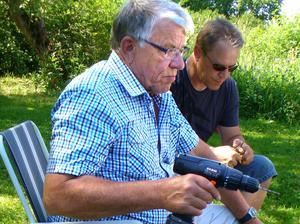 Karl-Gustav Davidsson slöjdar pennor på släktträff i Kila.