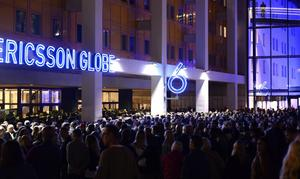 Tusentals U2-fans trängdes utanför Globen i väntan på konsertstart.