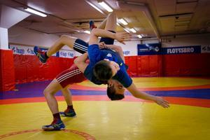 Daniel Soini, 21 i röd trikå, kastar lillbrorsan Erik, 17, i träningslokalen i Flemingsberg.