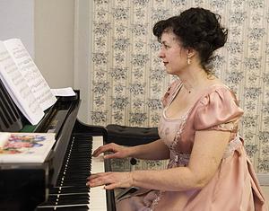 Olga Peshkova spelade piano under modevisningen.