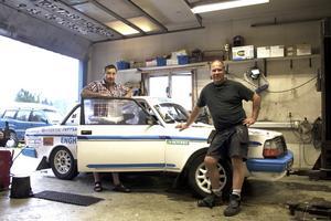 Redo för start. Johan Skoglund (vänster) och Mikael Wisti (höger) ser fram emot att ge sig ut på banorna i Småland med sin Volvo 242.Foto: Tommy Borg