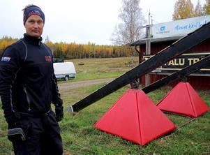 Tobias har köpt in hinder från tv-programmet Gladiatorerna, bland annat de här vippbrädorna.