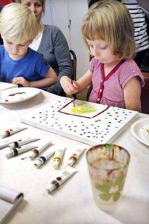 UNGA KONSTNÄRER. Treåriga Albin och Nora Jern, fem år, var med och målade tavlor på barnklinikens lekterapi i går.