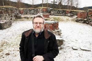 Uno Nilsson visar kyrkoruinen där man hittade mynten för över 70 år sedan.