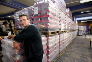 —Vi har sålt lite till Danmark och Finland förut, berättar Robert Hedin som arbetar med distributionen vid Vin & Sprit i Sundsvall, där en långa rader med lastpallar fulla med glöggbuteljer står redo inför transporten söderut.