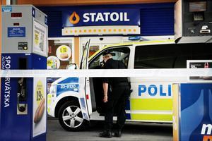 Polisen sökte i och omkring Statoil på Östra Drottninggatan vid lunchtid på torsdagen. Även en hundpatrull fanns på plats.