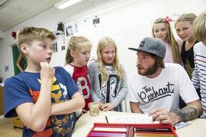 Simon Lundin visar graffiti och berättar om hip-hopkulturen för elever i klass 5 på Stugsunds skola.