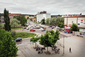 Gruvgatan i Falun är fortfarande en otrivsam och ohälsosam plats att vistas på, skriver debattörerna.
