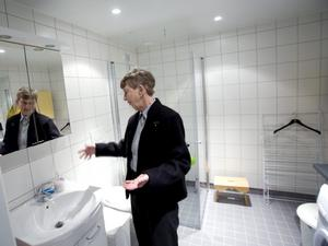 –Här skulle jag behövt ha en hylla, säger Inga-Lill Beckman som för övrigt är mycket nöjd med sitt badrum som innehåller både tvättmaskin och torktumlare liksom alla lägenheter.