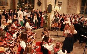 Musik över kontinentgränser. En sydafrikansk låt ihop med den för oss så välkända Gärdebylåten passade bra ihop när söndagens nyårskonsert i Orsa kyrka avrundades.