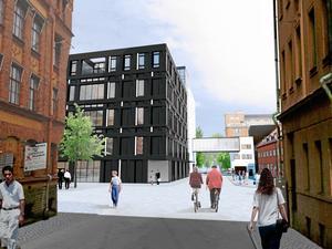 Nytt. Tingsrätten i svart, sedd från Klostergatan. En gång i luften ska binda samman huskropparna. Dessutom byggs också en förbindelse under mark.