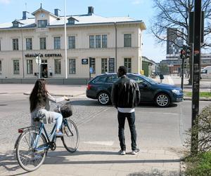 Rött ljus. Då ska man stanna och vänta på grönt- och inte riskera livet framför en bil.