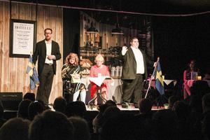 Till Hotelle´ på Öjeberge´ kommer diverse besökare. Här är det konsulter som håller föreläsning för nyanlända om svenska traditioner.