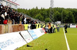 Matchen mellan Syrianska och Dalkurd avbröts när hemmafans kastade in ett knallskott i andra halvlek.