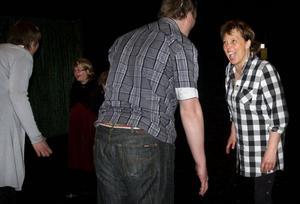 Starka känslor och intensivt utspel kännetecknar Teater Barda. Här pågår en kraftmätning mellan rollfigurerna Jörgen (Erik Persson) och Lielotte (Barbro Skalman).