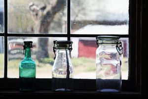 En flaska med mjölk hade barnen förr med sig till skolan. Frukt, bär och grönsaker konserverades i glasburkar.