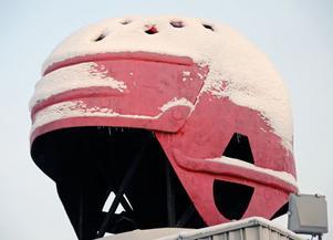 Den välbekanta jättehjälmen på taket till Jofafabriken i Malung 8fc5befc2c1ea