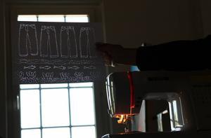 I ljuset från fönstret framträder bilden av en rad blåjeans.