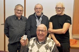 Staffan Persson med 40-årsplaketten omgiven av fr v Hans Söderlind, Christer Hagström och Bengt Andersson.