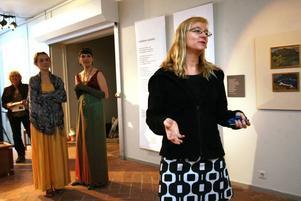 Anna Ehn från länsmuseet.Exempel på konsthantverk.