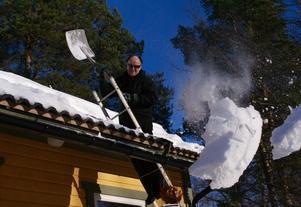 Stora snöstycken kommer av taket när min man tar i.