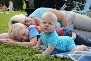 Filip Strandberg, sex månader, myser i gräset med mamma Maggan Wennberg och kusinen Theo Lennartsson, sex år.