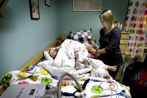 MORGONGYMNASTIK. Helena kommer hem till familjen halvåtta varje morgon. När Alicia har vaknat och tagit av nattskenorna är det dags för lite stretching av ben och fötter.
