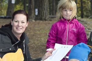 – Det är jättetrevligt att komma hit och träffa andra föräldrar. Det hinner man inte med annars, säger Lotta Nordin som gick tipspromenaden med dottern Tess Jäderberg.