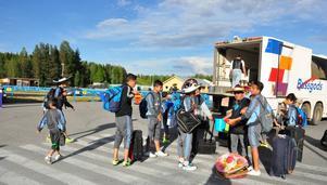 Laget från Mexico besöker flera städer i Sverige för att spela fotboll och är ute på resande fot i ungefär en månads tid. Under måndagskvällen anlände de till Östersund och stämningen var god bland fotbollskillarna som strömmade ut ur bussen.