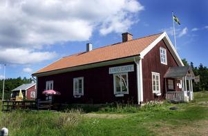 """De två stugorna som nu ska hyras ut till turister ligger alldeles intill kafét på Limön. Jens Sterner är en av de som nu blir av med arrendet på sin sommarstuga. """"Mitt arrende har gått i släkten sedan 50-talet"""", säger han."""