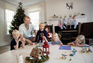 Efter åtta månader kunde familjen flytta in i husets undervåning strax före jul. Pappa Anton leker med julklapparna tillsammans med från vänster Lowve, Leo, Bella och Liv.