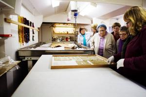 Se men inte röra var det som gällde för besökarna. Marie Madsen hade förberett och plockat fram en del textilier för visning.