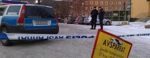 Det är avspärrat vid sjukhuset men evakuering är inte aktuellt. Foto: Lasse Ljungmark
