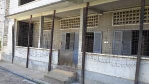 I den här byggnaden förvarades flyktbenägna fångar, främst kvinnor. Taggtråden hindrade detta och kvinnorna skulle våldtas innan de avrättades