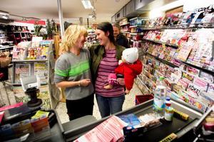 Gudrun Eriksson, till vänster, gratuleras av en av Ica-butikens kunder.