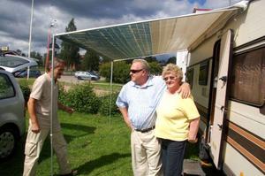 """Odd Myrvang, Ola Lundgård och Åse Lundgård har precis kommit till Svegs camping. Snart ska de sätta  i gång grillen. """"Vi har tänkt stanna en natt, men trivs vi gott är vi längre"""", säger Ola.  Foto: Carin Selldén"""