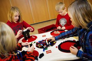 Anny Nylén, Nathaniel Andersson, Gustaf Nylén och Alvin Andersson skapar med Lego.